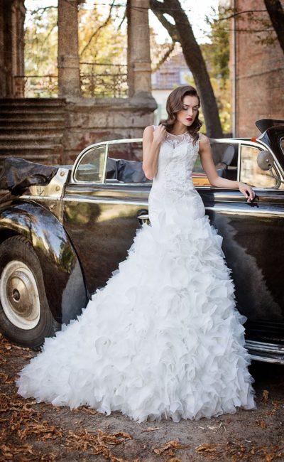 Свадебное платье с кружевной вставкой на спинке и оригинальной пышной юбкой сложного кроя.