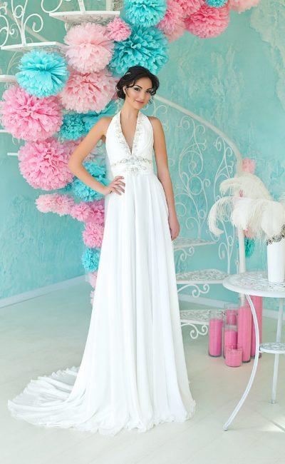 Драматичное свадебное платье прямого кроя с глубоким V-образным декольте и американской проймой.