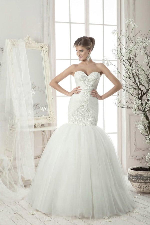 Облегающее свадебное платье с чувственным кружевом на корсете и роскошной юбкой «рыбка».