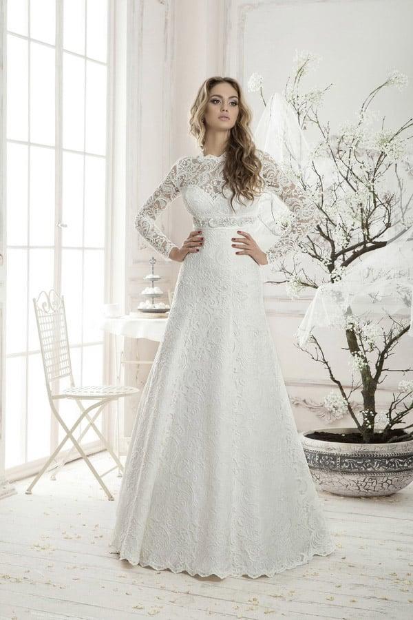 Кружевное свадебное платье с закрытым лифом, длинным рукавом и сияющим поясом.