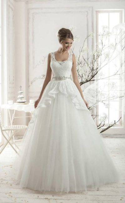 Свадебное платье с округлым декольте, сияющим поясом и стильной кружевной баской.