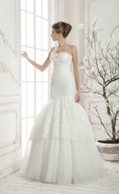 Романтичное свадебное платье с лифом-сердечком и многоярусной кружевной юбкой «русалка».