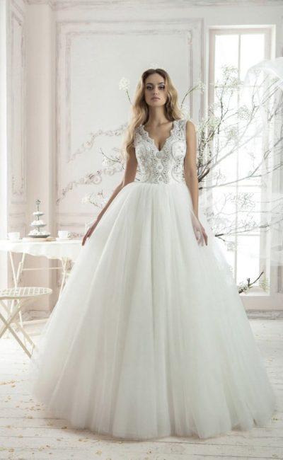 Пышное свадебное платье с фигурным V-образным вырезом и вышивкой по корсету.