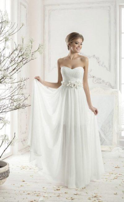 Стильное свадебное платье прямого кроя с оригинальным широким поясом, украшенным бутонами.
