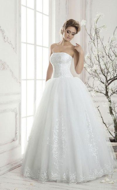 Потрясающее свадебное платье с изящным прямым кроем лифа и пышной юбкой с кружевным декором.