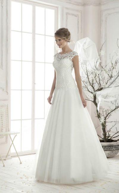 Изящное свадебное платье «принцесса» с закрытым кружевным лифом и открытой спинкой.