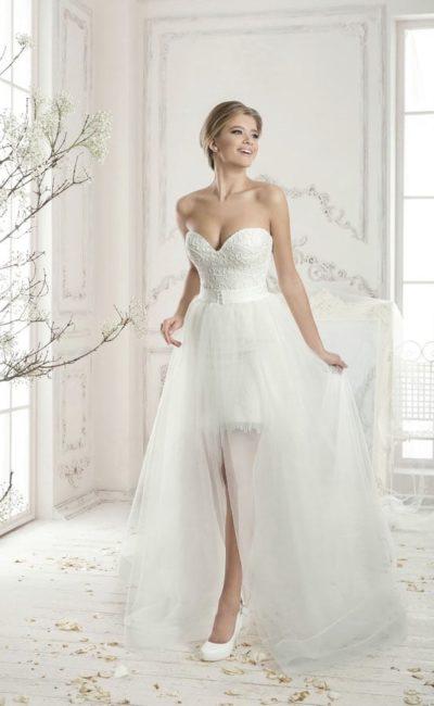 Открытое свадебное платье длиной до середины бедра и полупрозрачной верхней юбкой.