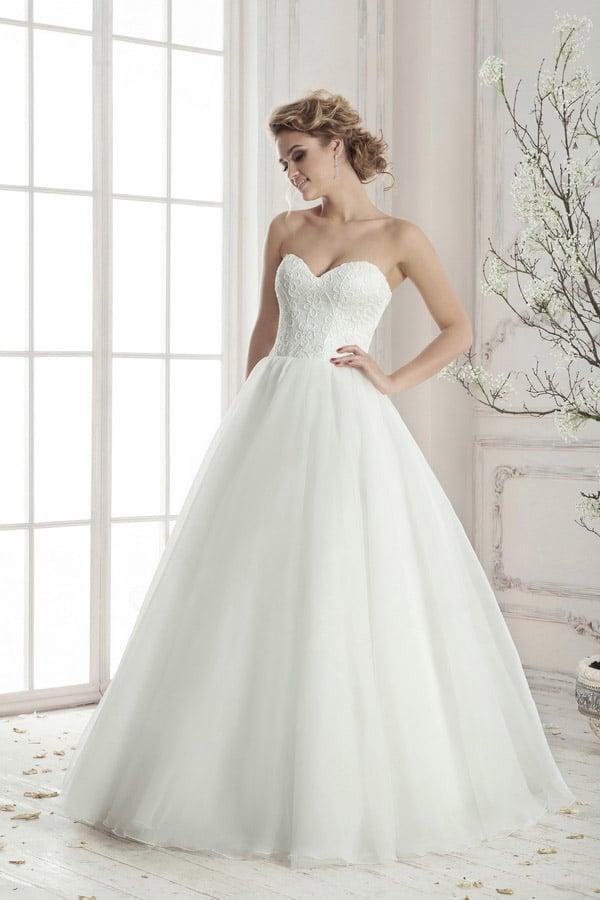 Свадебное платье с нежным кружевным корсетом, подчеркивающим декольте, и пышным низом.