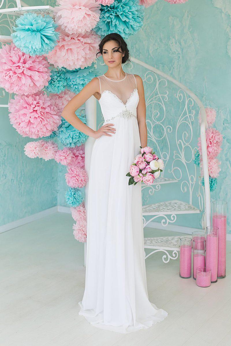 Лаконичное свадебное платье прямого кроя с прозрачной тканью над лифом-сердечком.