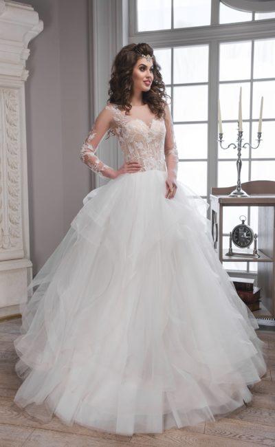 Пышное свадебное платье с изящными оборками по подолу и корсетом персикового оттенка.