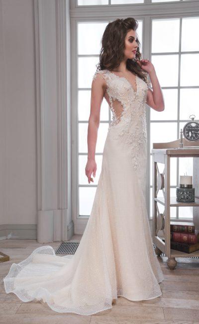 Прямое свадебное платье с потрясающим шлейфом и чувственными вырезами по бокам на уровне талии.
