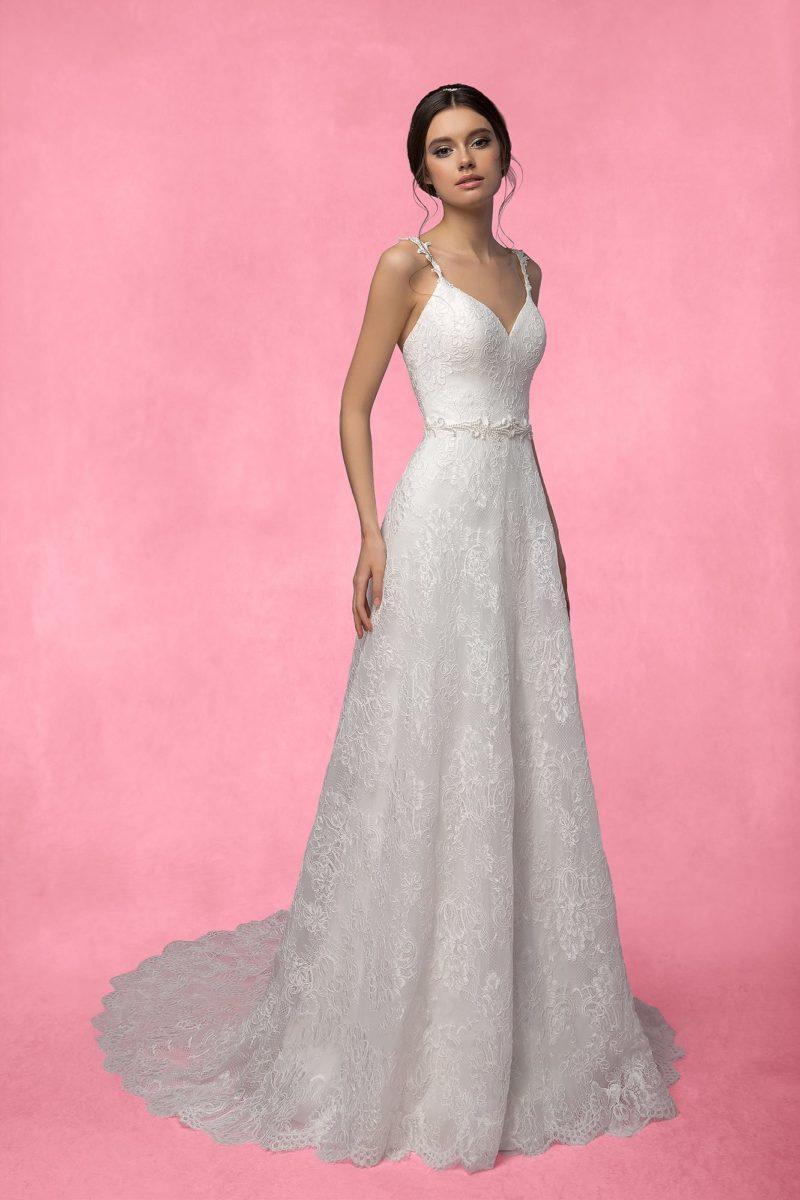 Кружевное свадебное платье с глубоким декольте в форме сердца и фигурными узкими бретелями.