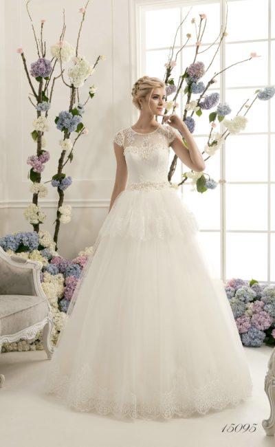 Пышное свадебное платье с длинной кружевной баской и закрытым лифом с коротким рукавом.
