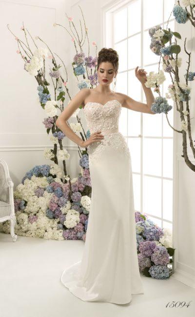 Элегантное свадебное платье с открытым лифом в форме сердца и фактурной отделкой корсета.