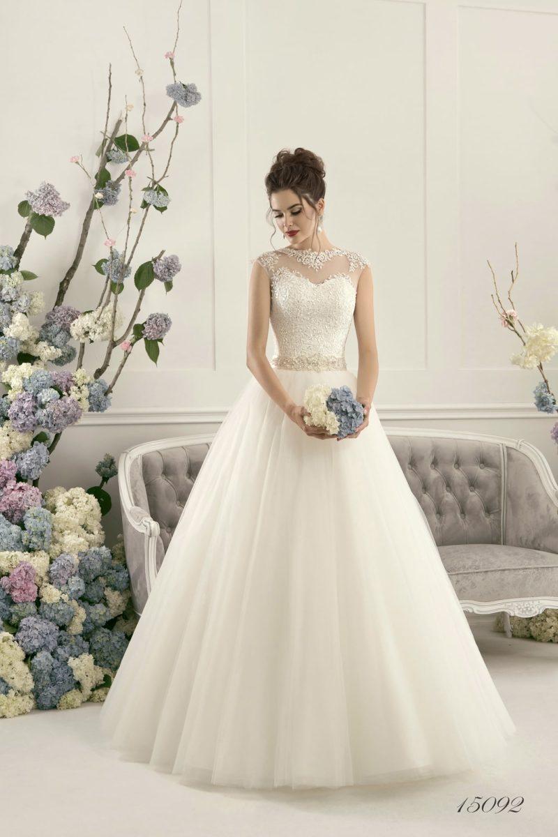 Пышное свадебное платье с полупрозрачной вставкой над лифом и бисерным декором пояса.