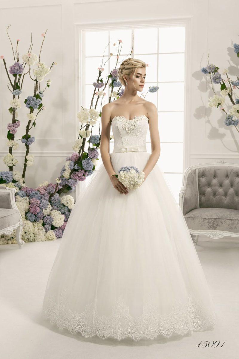 Пышное свадебное платье  с бисерной отделкой открытого верха и кружевным декором подола.