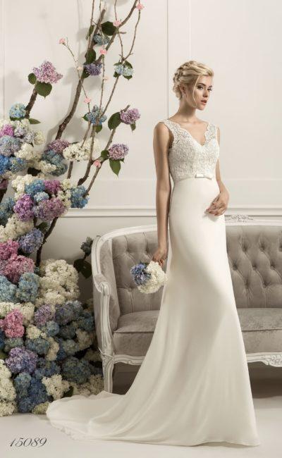 Изысканное свадебное платье с лаконичной прямой юбкой и V-образным вырезом декольте.