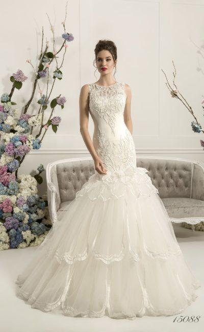 Кокетливое свадебное платье с многоярусной юбкой «рыбка» и кружевом по закрытому лифу.