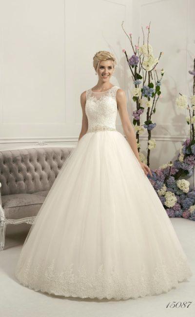 Романтичное свадебное платье пышного силуэта с кружевной отделкой корсета и круглым вырезом.