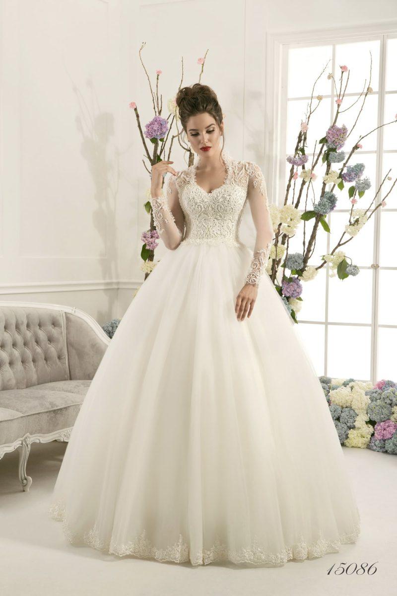 Роскошное свадебное платье пышного кроя с длинными кружевными рукавами и изящным вырезом.