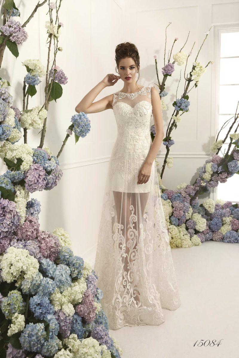 Прямое свадебное платье с полупрозрачной верхней юбкой и кружевными аппликациями.