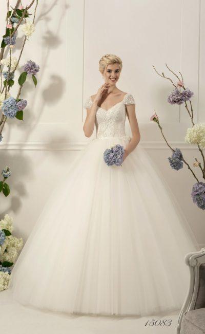 Великолепное свадебное платье пышного кроя с фактурным верхом, украшенным бисером.