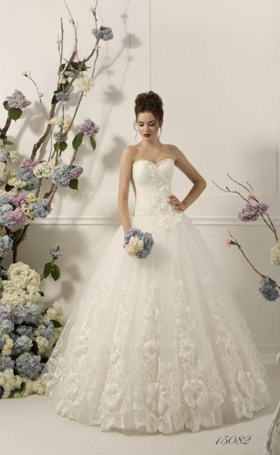 Роскошное свадебное платье с открытым корсетом и стильной объемной отделкой из аппликаций.