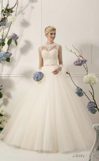 Пышное свадебное платье с плотным кружевом на корсете и лаконичной многослойной юбкой.