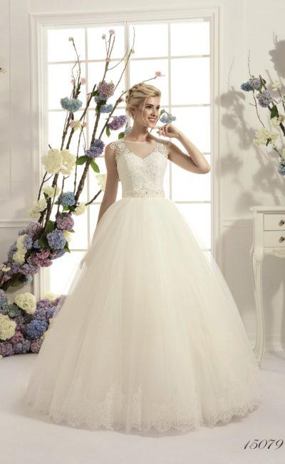 Традиционное свадебное платье «принцесса» с закрытым кружевным верхом и фигурным низом подола.