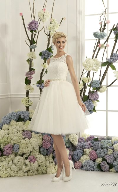 Короткое свадебное платье с кружевным верхом и узким поясом, покрытым бисерной вышивкой.