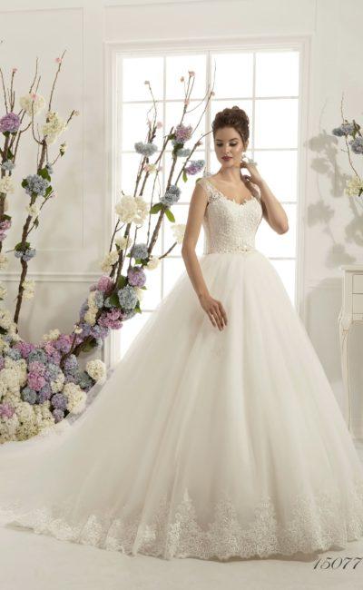 Пышное свадебное платье с округлым кружевным вырезом и торжественным многослойным шлейфом.