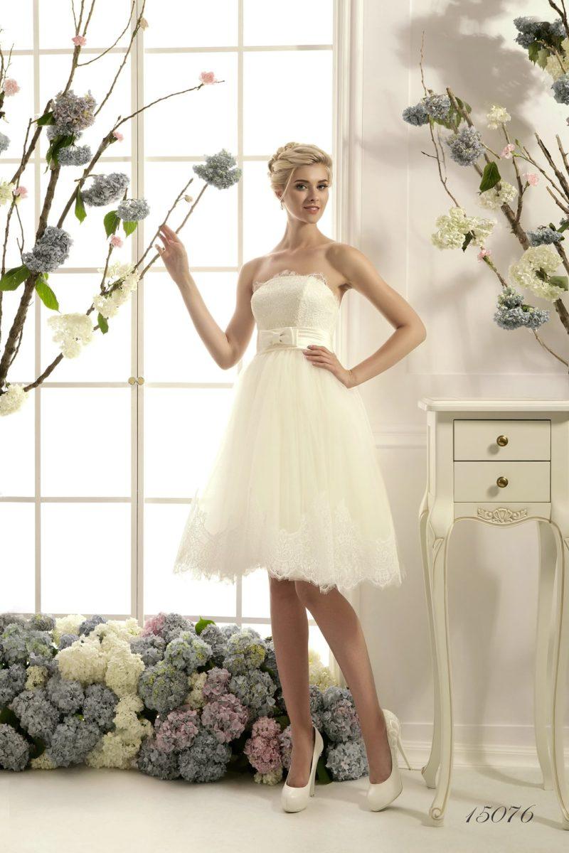 Короткое свадебное платье с широким поясом из атласа, украшенным небольшим бантом.