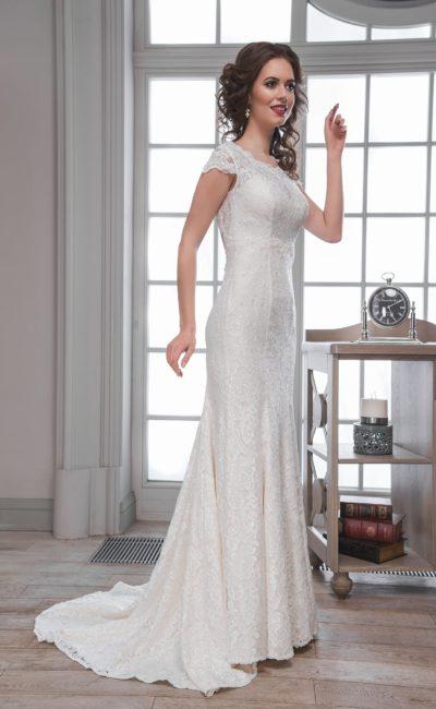Прямое свадебное платье с круглым вырезом, оформленным кружевом, и длинным шлейфом.