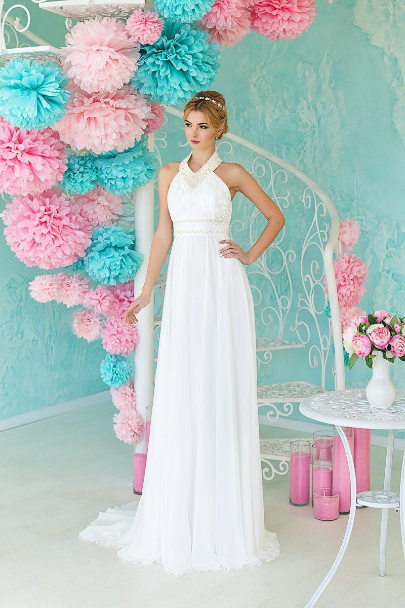 Необычное свадебное платье с завышенной линией талии и оригинальным округлым вырезом.