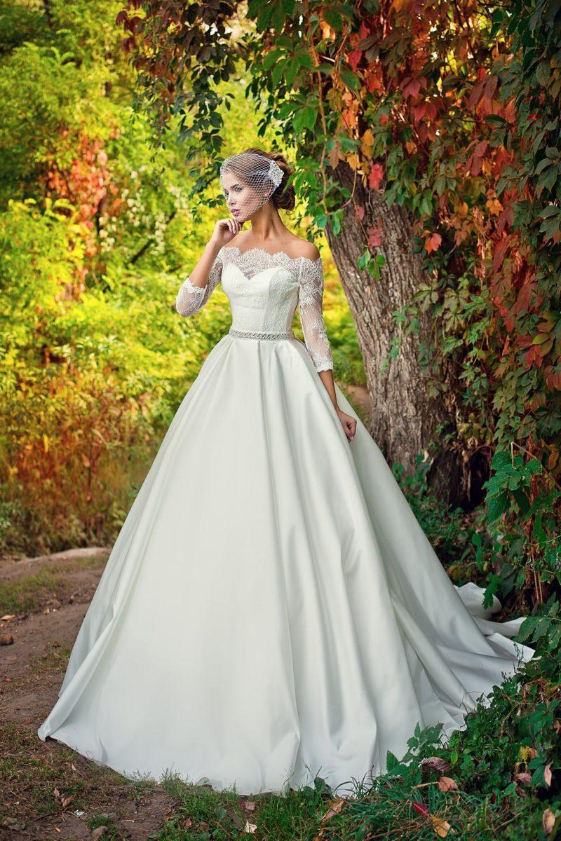 Великолепное свадебное платье с пышной юбкой из атласа и романтичным декором корсета.