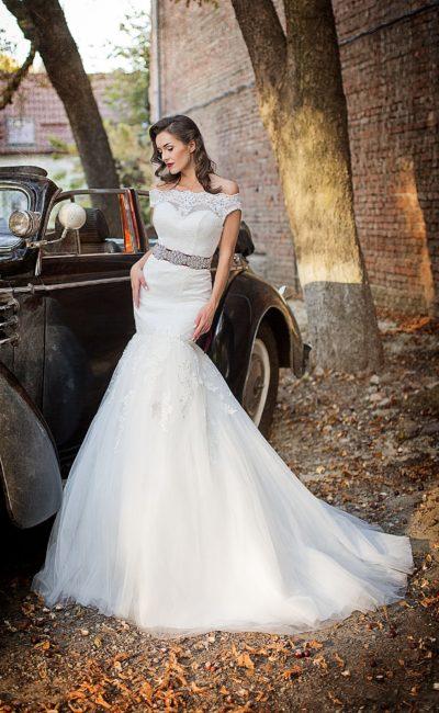 Чувственное свадебное платье «рыбка» с кружевным верхом и широким цветным поясом.