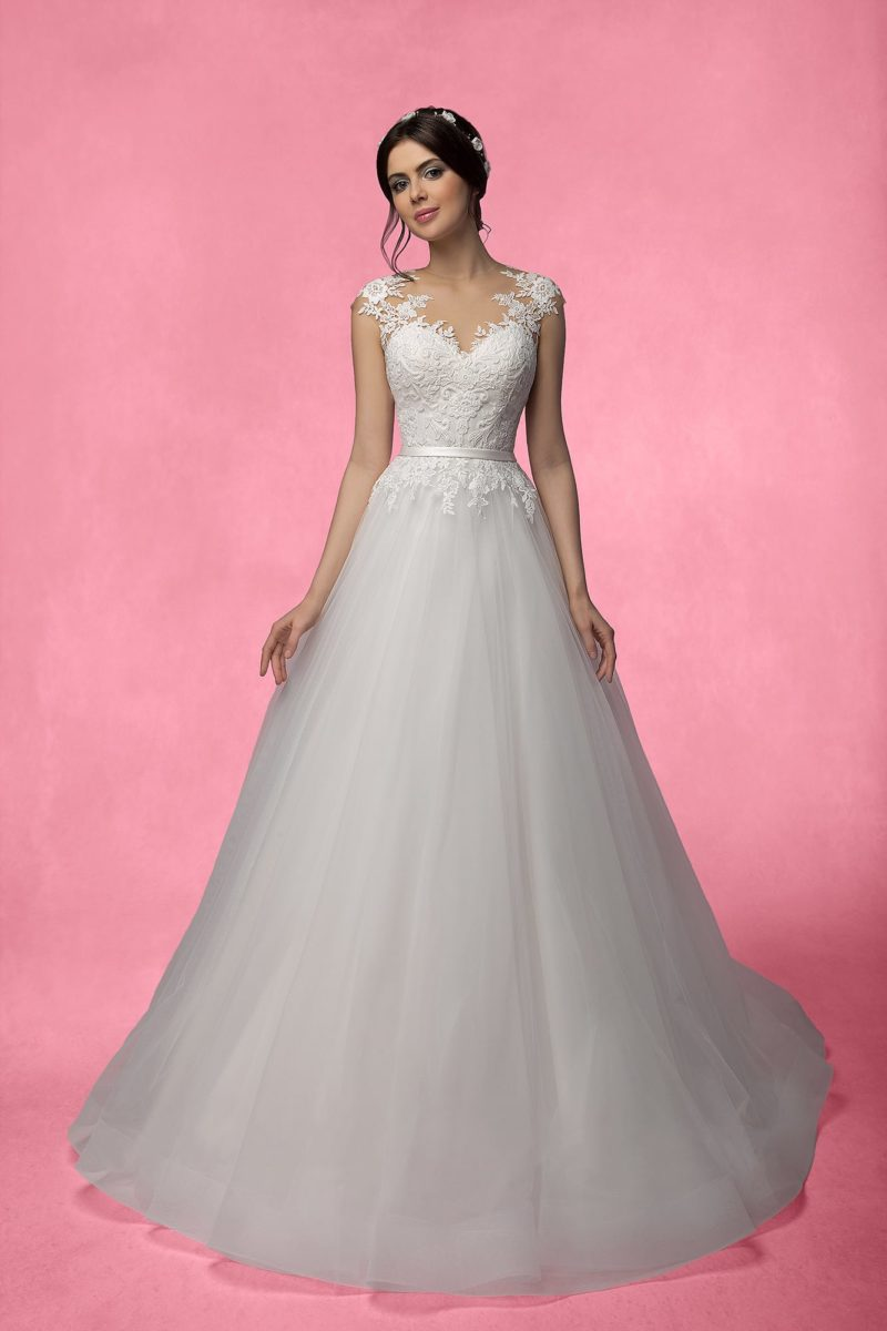 Свадебное платье А-силуэта с кружевным верхом и узким атласным поясом на талии.