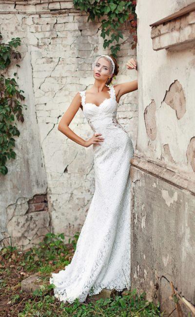Прямое свадебное платье, по всей длине оформленное кружевом, с открытым лифом и широкими бретелями.