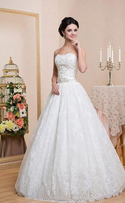 Кружевное свадебное платье с открытым корсетом, покрытым фактурной вышивкой и бисером.