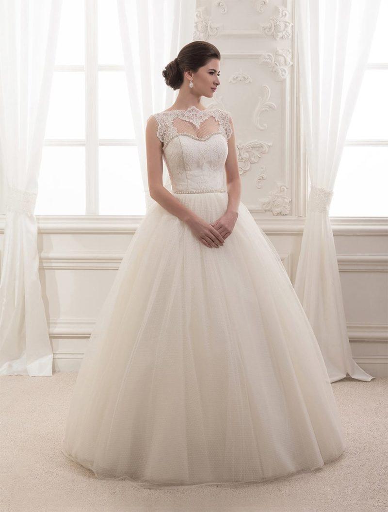 Свадебное платье  с торжественным силуэтом и соблазнительным декольте, очерченным аппликациями.