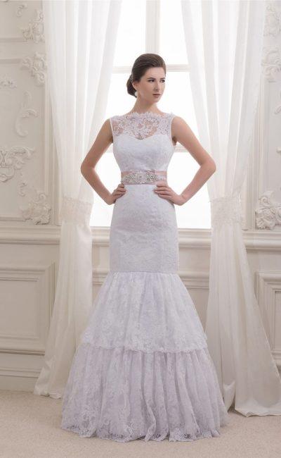 Свадебное платье «русалка» с романтичной кружевной юбкой и широким атласным поясом.