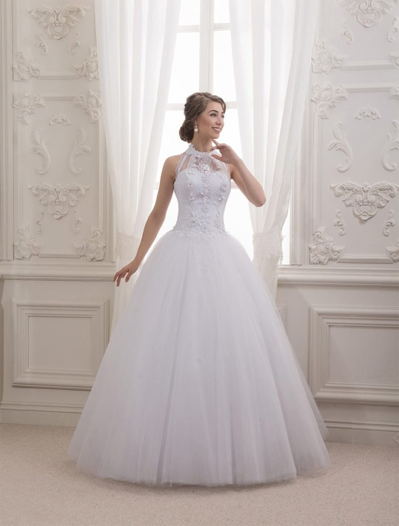 Оригинальное свадебное платье пышного кроя с американской проймой, украшенной кружевом.