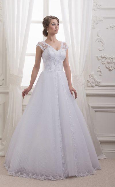 Романтичное свадебное платье пышного кроя с отделкой оригинальной фактурной тканью.