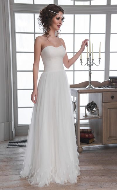 Недорогое свадебное платье с прямым силуэтом