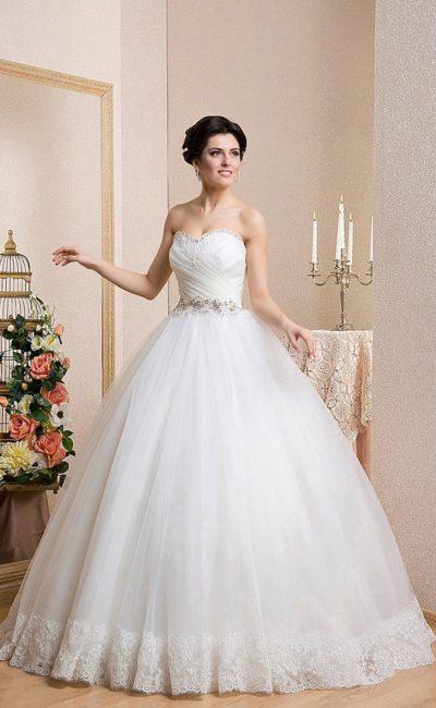 Открытое свадебное платье с лифом-сердечком и романтичной кружевной отделкой пышной юбки.