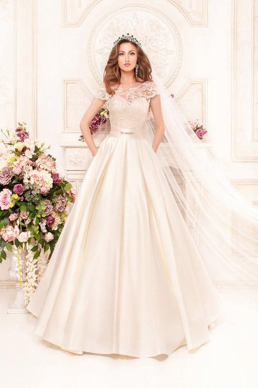 Атласное свадебное платье «принцесса» с кружевным верхом и скрытыми карманами.