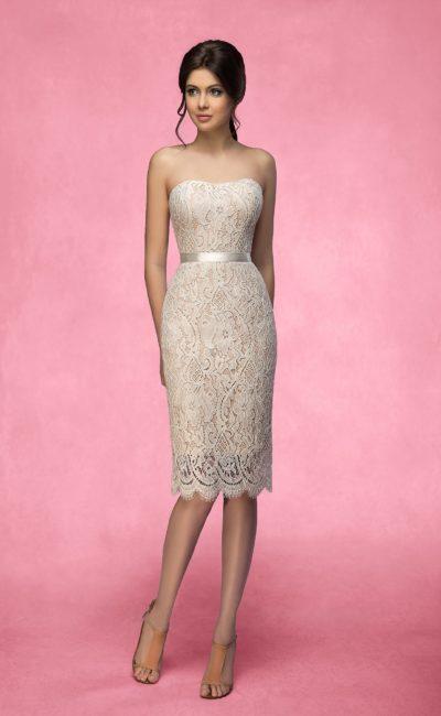 Свадебное платье «футляр» с бежевой подкладкой и кружевной отделкой, спускающееся до колена.
