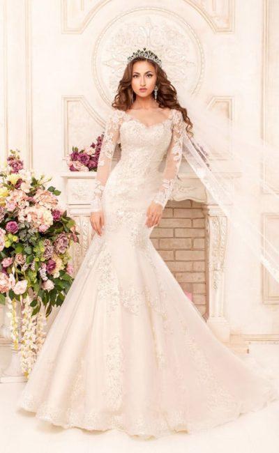 Изысканное свадебное платье, облегающее силуэт, с юбкой «рыбка» и кружевными рукавами.