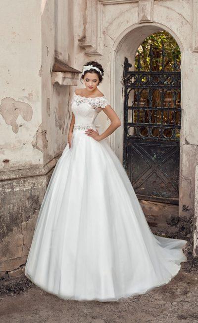 Воздушное свадебное платье с кружевным округлым декольте и элегантным шлейфом сзади.