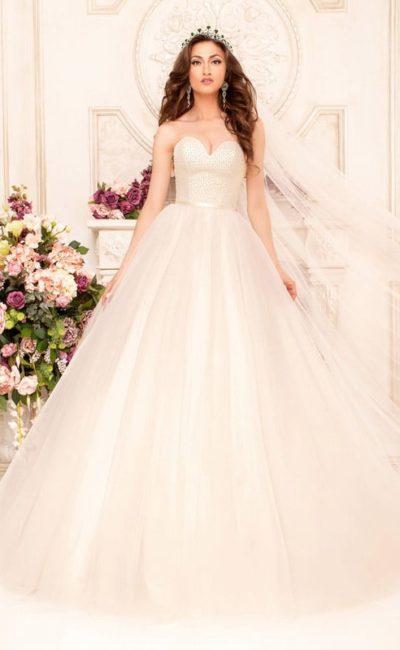 Нежное свадебное платье цвета слоновой кости с глубоким декольте в форме сердца.